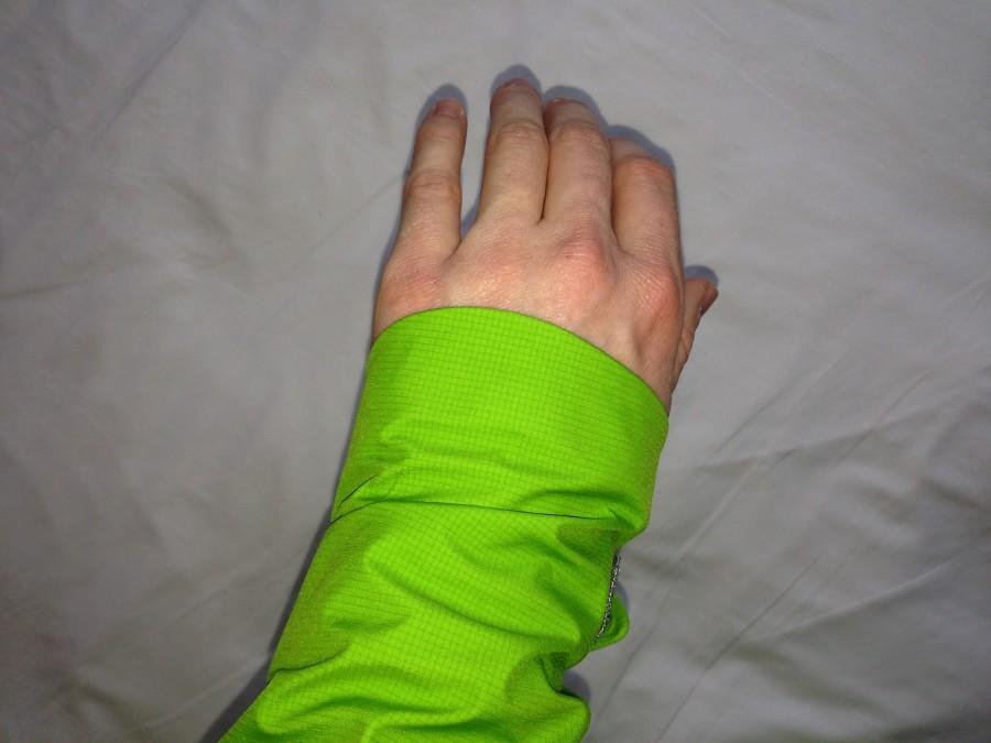 Asymmetrical cuff closed